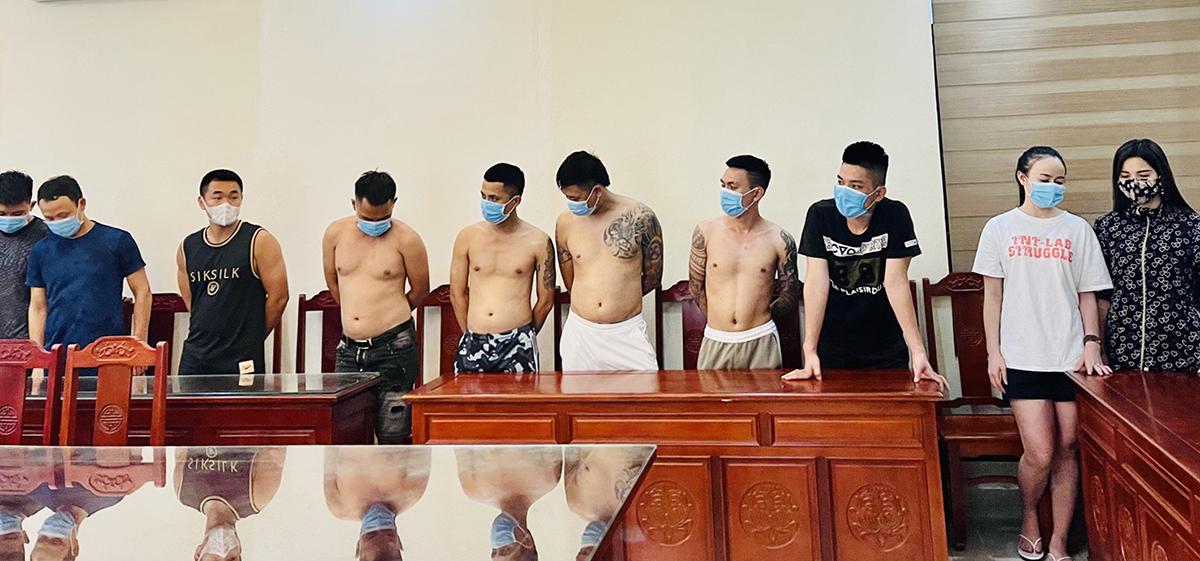 10 thanh niên bị công an bắt giữ khi đang bay lắc trong khách sạn rạng sáng 22/6. Ảnh: Lam Sơn.