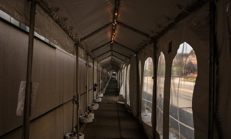 Những chiếc lều dài như hành lang tại trung tâm tiêm chủng Newark hôm 19/6, một ngày trước khi cơ sở này đóng cửa. Ảnh: NYTimes.