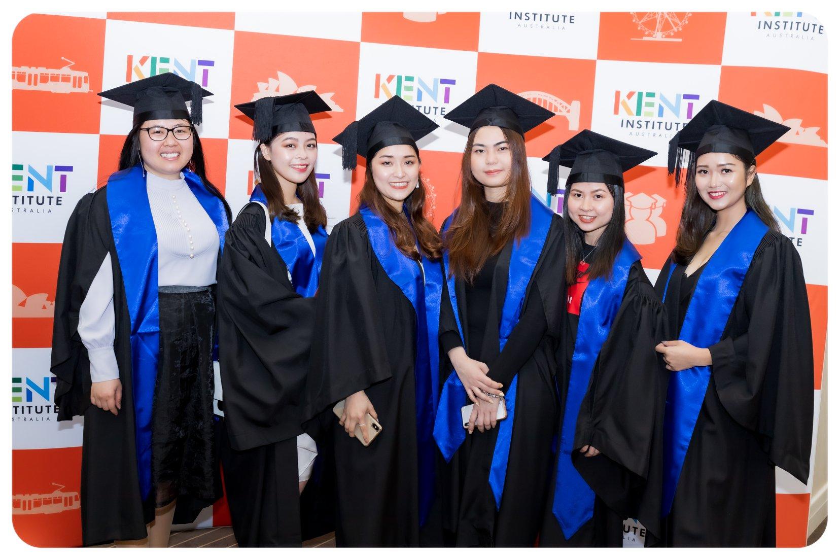 Sinh viên các nước nhận bằng tốt nghiệp tại Học viện Kent vào năm 2020.