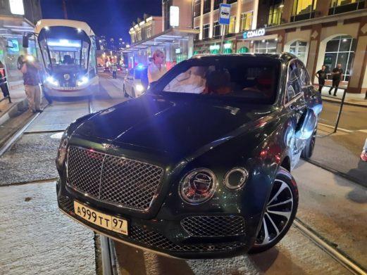 Chiếc Bentley Bentayga nằm xoay ngang trên đường ray. Ảnh: Today