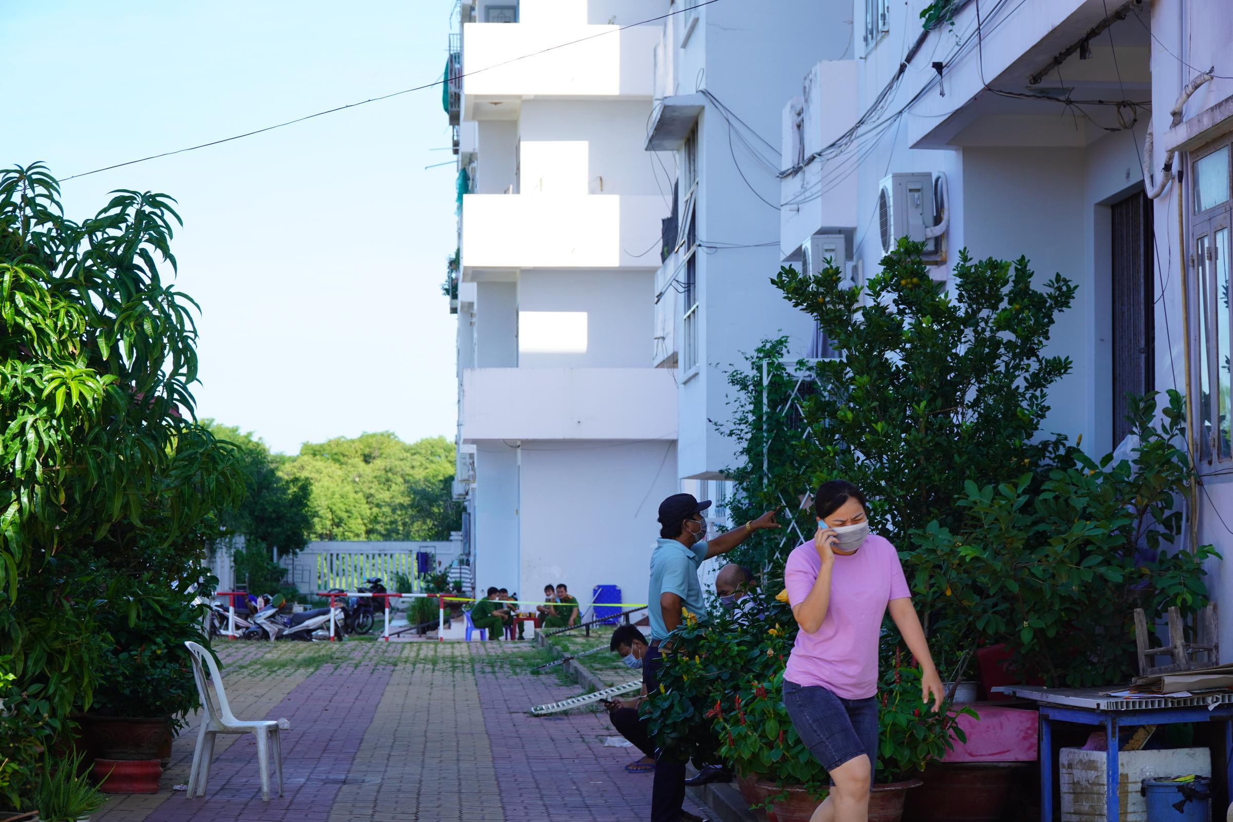 Khu C - chung cư Văn Thánh (phường Phú Tài, TP Phan Thiết) bị phong tỏa, hơn 100 người đã được lấy mẫu xét nghiệm. Ảnh: Việt Quốc.