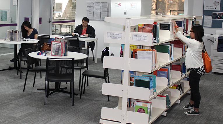 Thư viện với nhiều đầu sách, không gian tự học hiện đại.