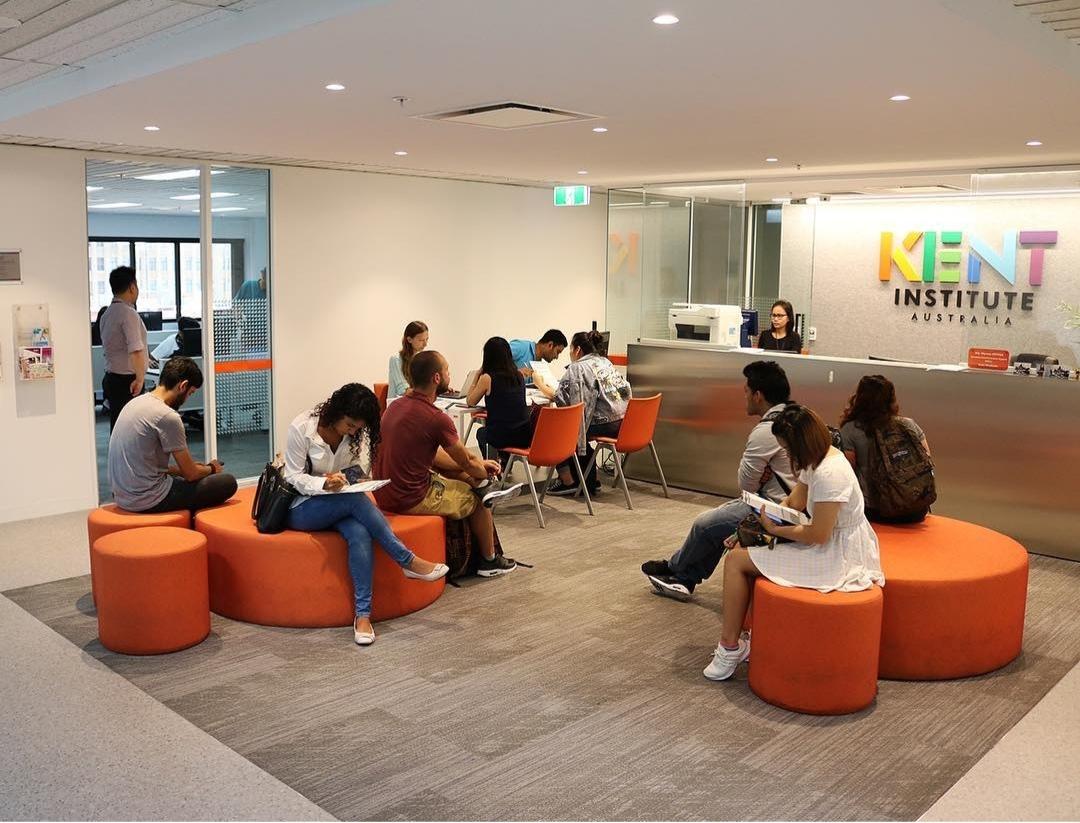 Sinh viên được chia thành nhiều nhóm nhỏ để trao đổi, học tập thuận lợi hơn.