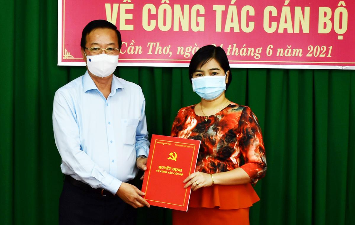 Bà Trần Hồng Thắm nhận quyết định điều động ngày 24/6. Ảnh: Ban tuyên giáo Cần Thơ