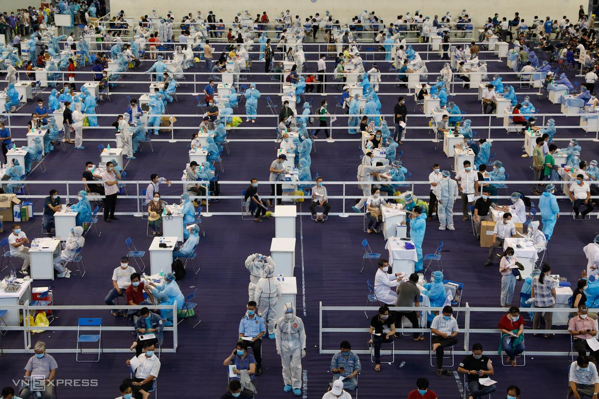 Khoảng 9.200 người là lao động, công nhân viên chức... đã đến Nhà thi đấu Phú Thọ, quận 11, TP HCM, để tiêm vaccine Covid-19, chiều 24/6. Ảnh: Hữu Khoa