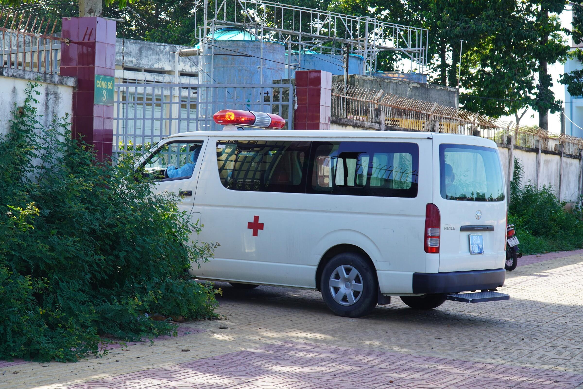 Xe cứu thương chở nhân viên y tế đi cổng sau, vào thực hiện công tác phòng chống dịch tại Bệnh viện Đa khoa Bình Thuận, ngày 24/6. Ảnh: Việt Quốc.