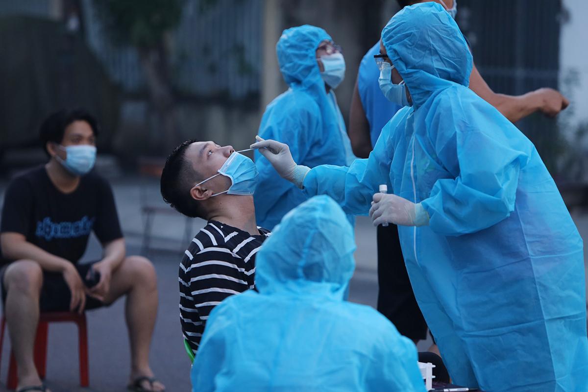 Nhân viên y tế lấy mẫu xét nghiệm Covid-19 của người dân sống trong khu phố bị phong tỏa đường Bửu Đóa, TP Nha Trang, Khánh Hòa. Ảnh: Xuân Ngọc.