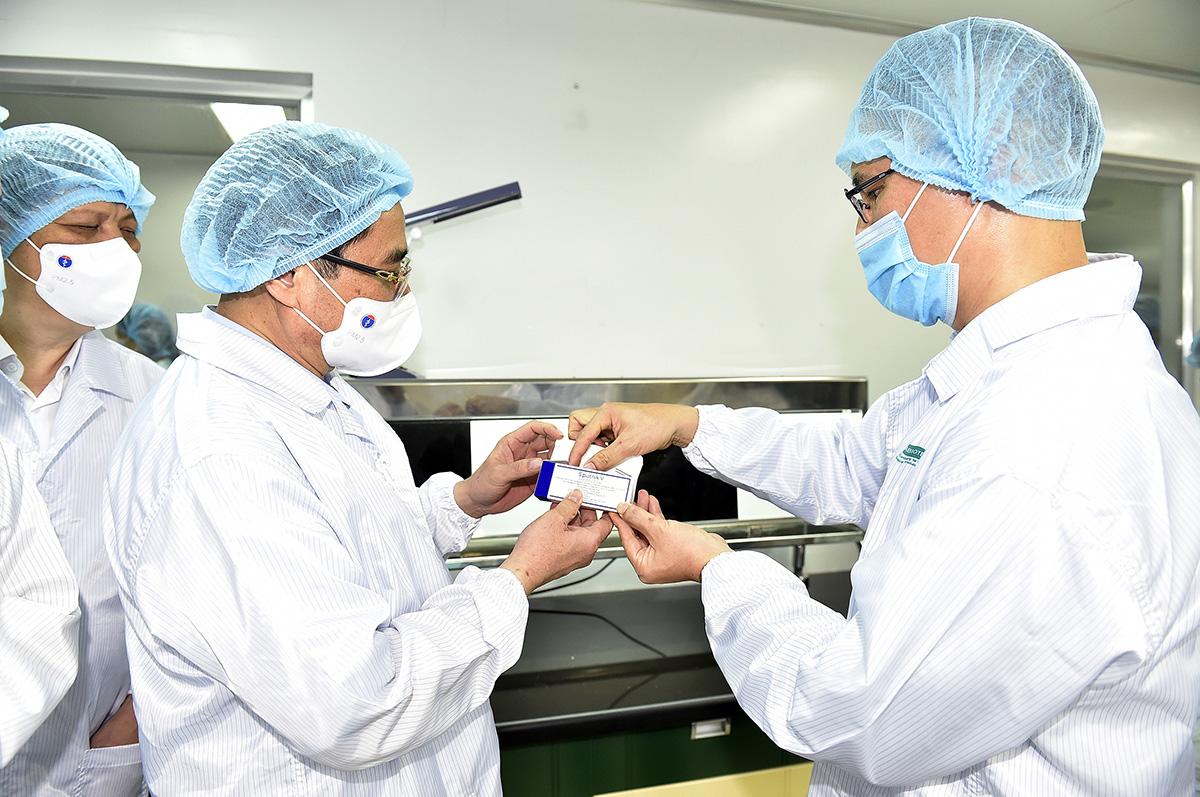 Thủ tướng Phạm Minh Chính thăm Công ty TNHH MTV Vaccine và Sinh phẩm số 1 (VABIOTECH), chiều 24/6. Ảnh: Nhật Bắc