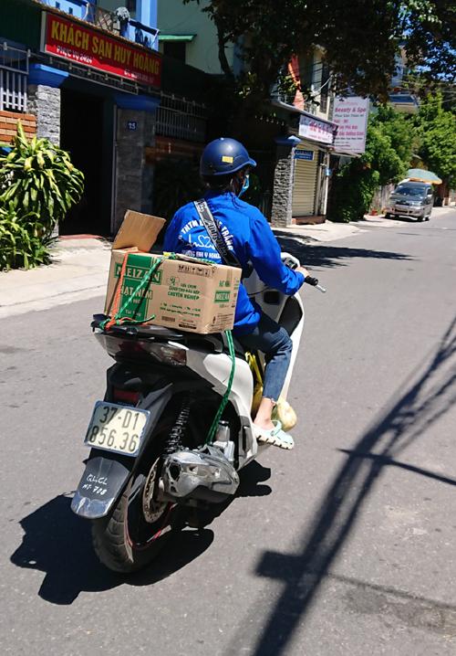 Đội shipper áo xanh của Đại học Y Khoa Vinh chuyển đồ tiếp tế hoặc mua giúp đồ cho các bạn phải cách ly hoặc trong khu phong tỏa.