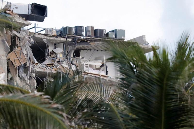 Hiện trường tòa chung cư bị sập ở bang Florida, Mỹ rạng sáng 24/6. Ảnh: Reuters.