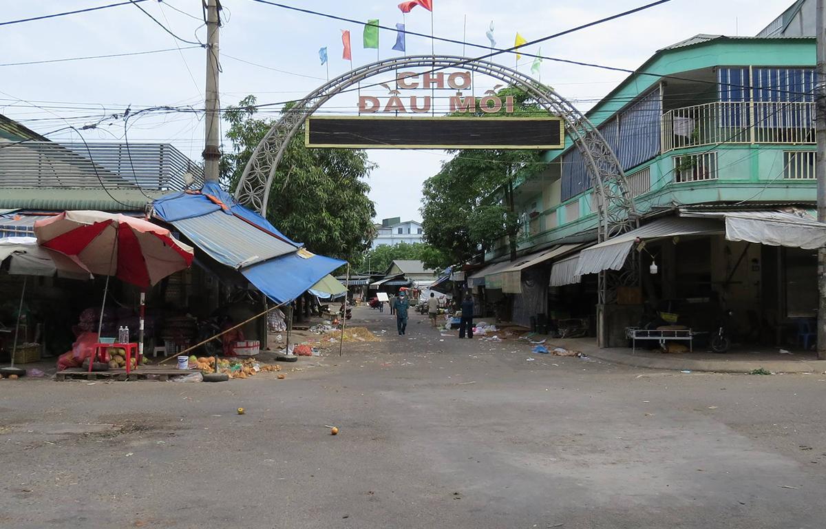 Chợ đầu mối lớn nhất thành phố Vinh lúc bắt đầu đóng cửa xét nghiệm cho tiểu thương, chiều 23/6. Ảnh: Hải Bình