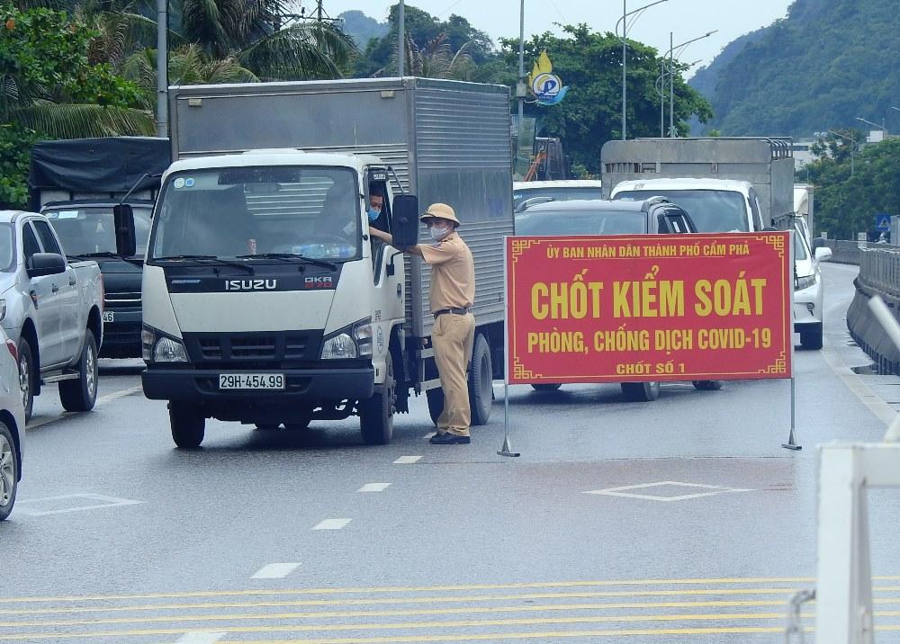 Chốt kiểm soát được lập ngày 25/6 trên quốc lộ 18A, đoạn km15, phường Quang Hanh, TP Cẩm Phả giáp với TP Hạ Long. Ảnh: Minh Cương