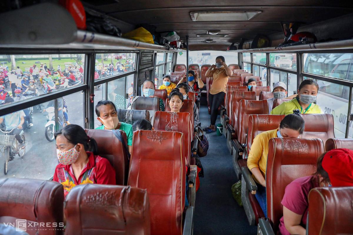 Công nhân Pouyuen ở các tỉnh đi về hàng ngày bằng xe đưa đón của công ty. Ảnh: Hữu Khoa.