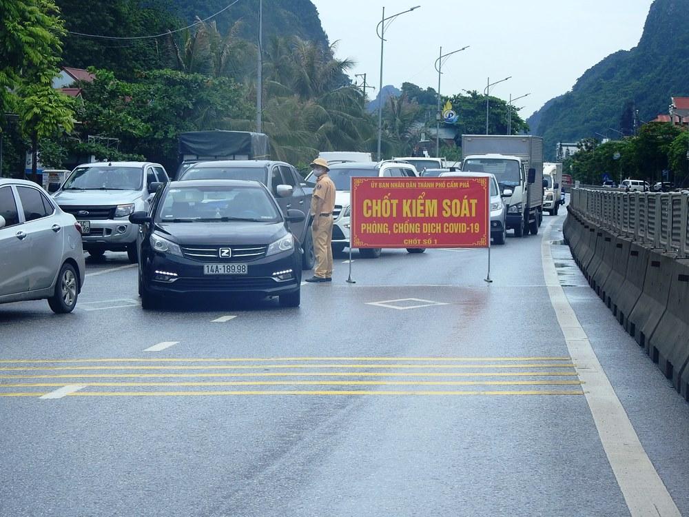 Chốt kiểm soát được lập ngày 25/6 tại quốc lộ 18A, đoạn km15, phường Quang Hanh, TP Cẩm Phả giáp với TP Hạ Long. Ảnh: Minh Cương