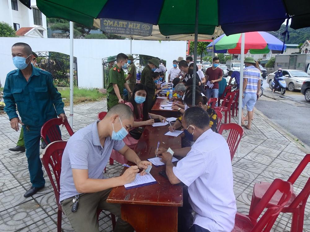 Người dân thực hiện khai báo y tế trưa nay, trước khi vào TP Cẩm Phả. Ảnh: Minh Cương