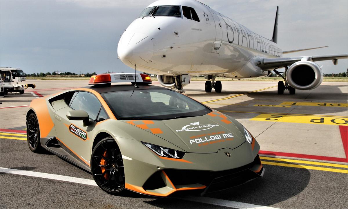 Huracan Evo phiên bản Follow Me ở sân bay Bologna. Ảnh: Lamborghini