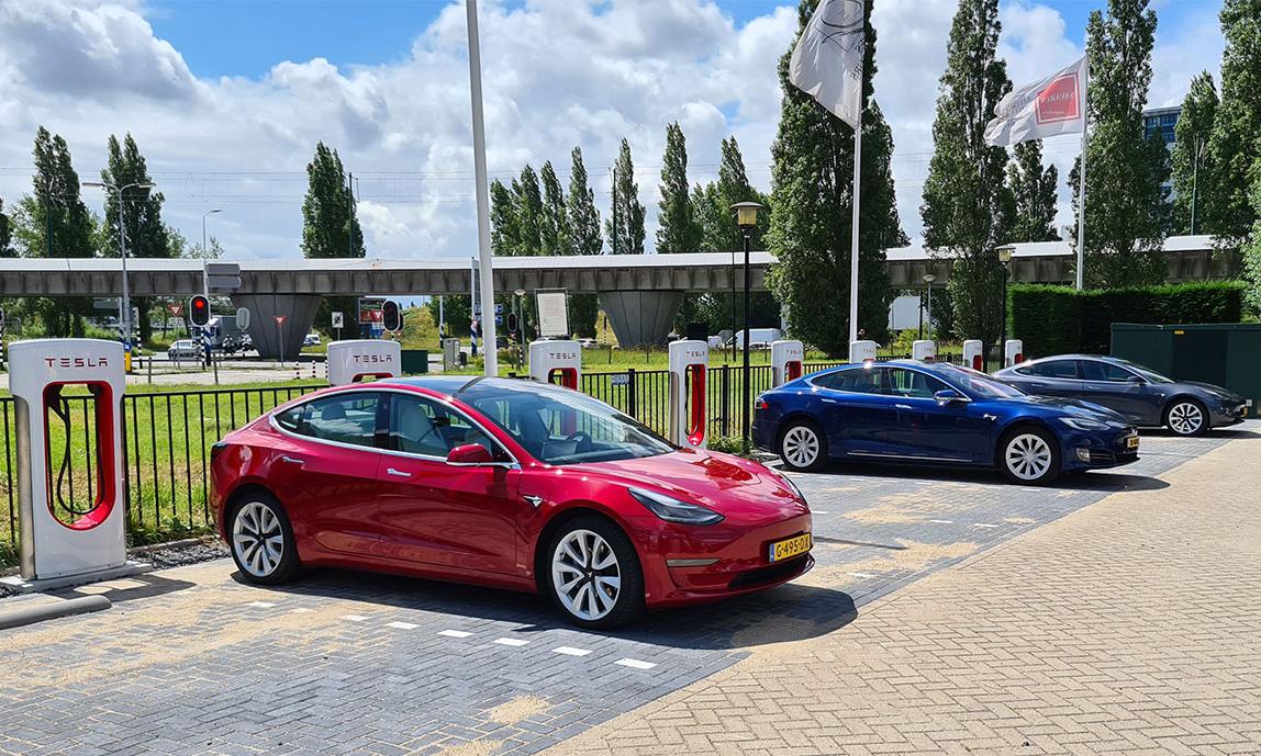 Hiện chỉ xe Tesla có thể sạc tại hệ thống Supercharger. Ảnh: Tesla