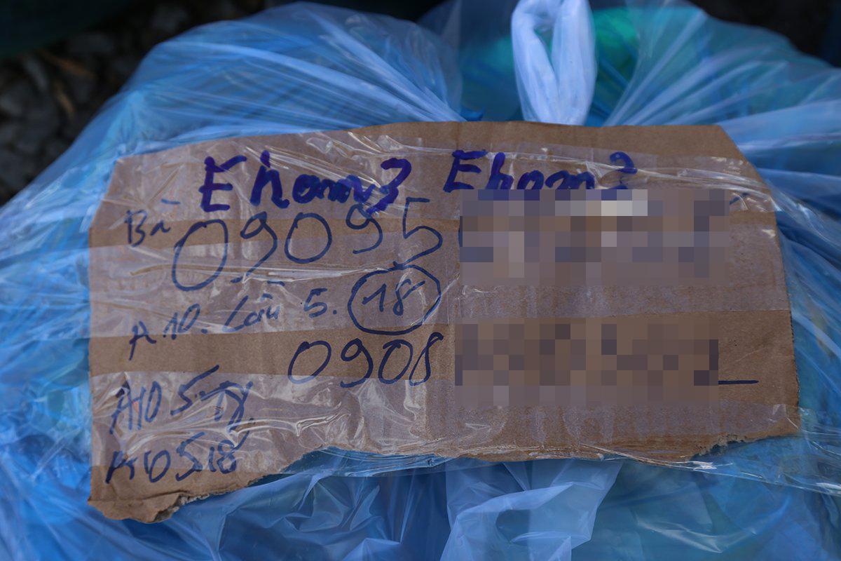 Trên mỗi túi hàng được ghi thông tin người nhận để tránh bị thất lạc. Ảnh: Đình Văn