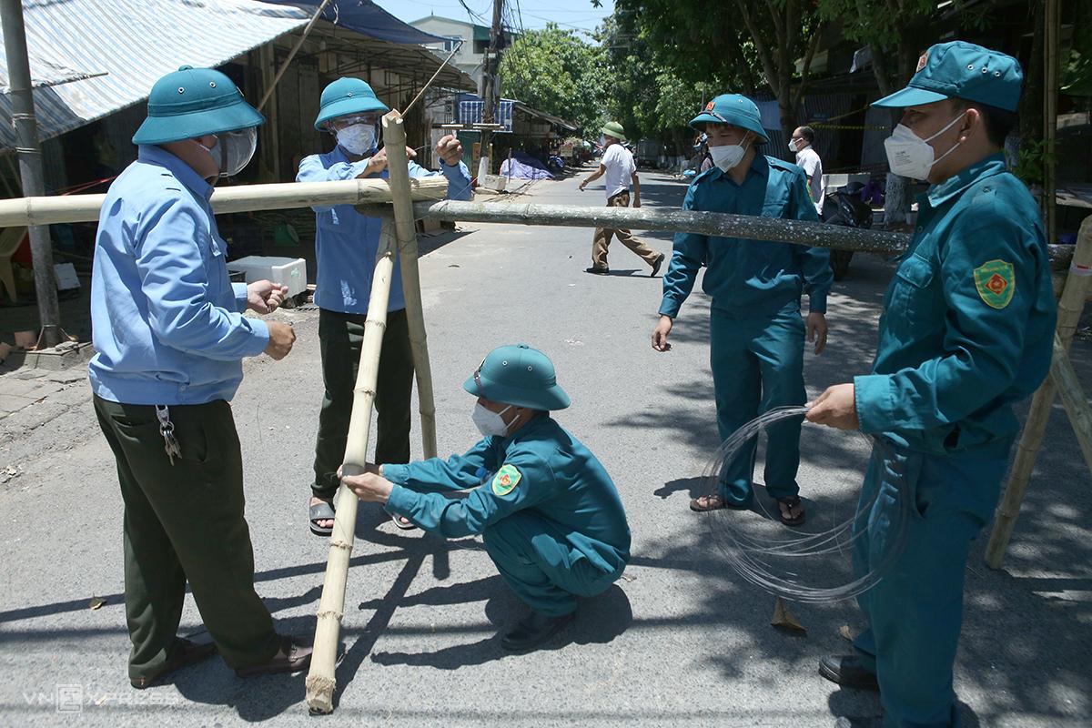 Lập chốt phong tỏa vào phường Hồng Sơn và Vinh Tân, trưa 25/6. Ảnh: Nguyễn Hải
