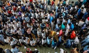 Điểm tiêm chủng lớn nhất TP HCM đông kín người