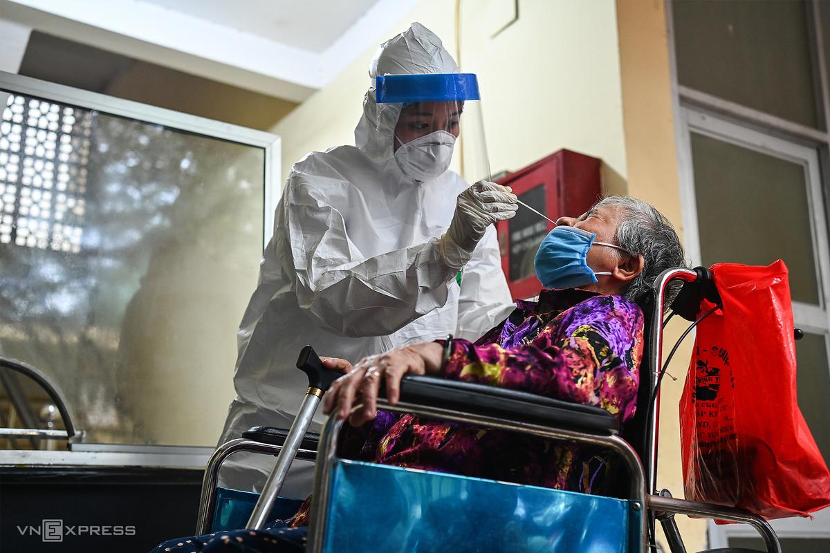 Nhân viên y tế lấy mẫu xét nghiệm tại Hà Nội, tháng 5/2021. Ảnh: Giang Huy