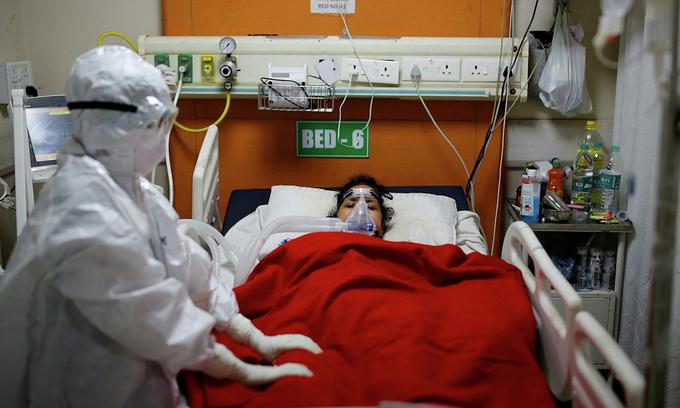 Một bệnh nhân Covid-19 được điều trị trong phòng chăm sóc tích cực ở bệnh viện ngoại ô New Delhi cuối tháng 5. Ảnh: Reuters.