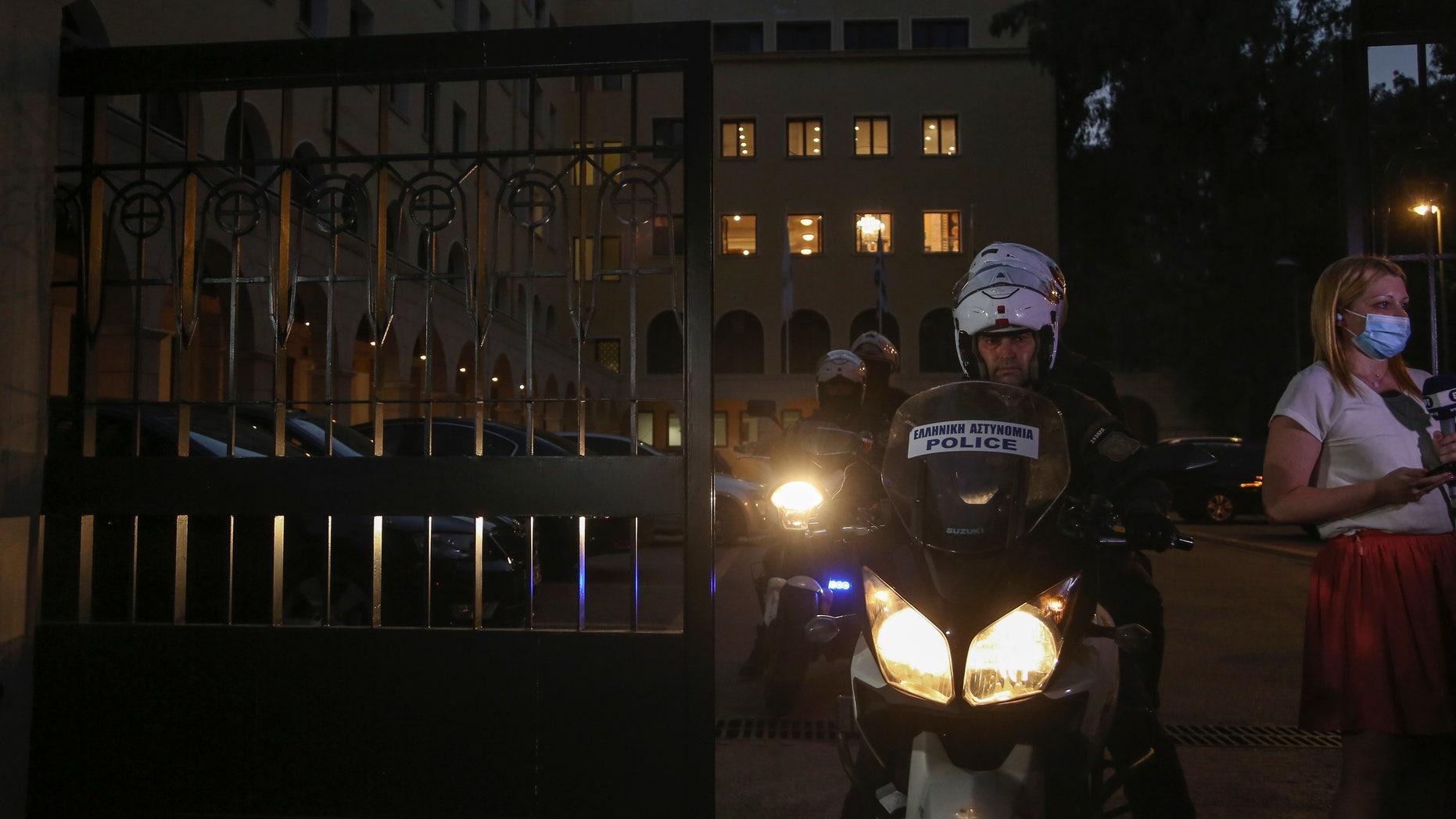Cảnh sát bên ngoài Tu viện Petraki tại Athens, Hy Lạp, sau vụ tấn công bằng chất lỏng ăn mòn da hôm 23/6. Ảnh: AP.