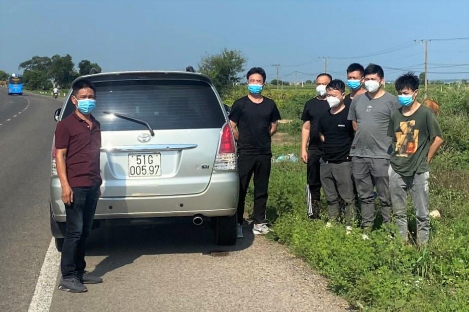 Tài xế Nguyên (trái) và 6 người Trung Quốc bị phát hiện khi xe di chuyển qua Bình Thuận, chiều 4/6. Ảnh: Tư Huynh.
