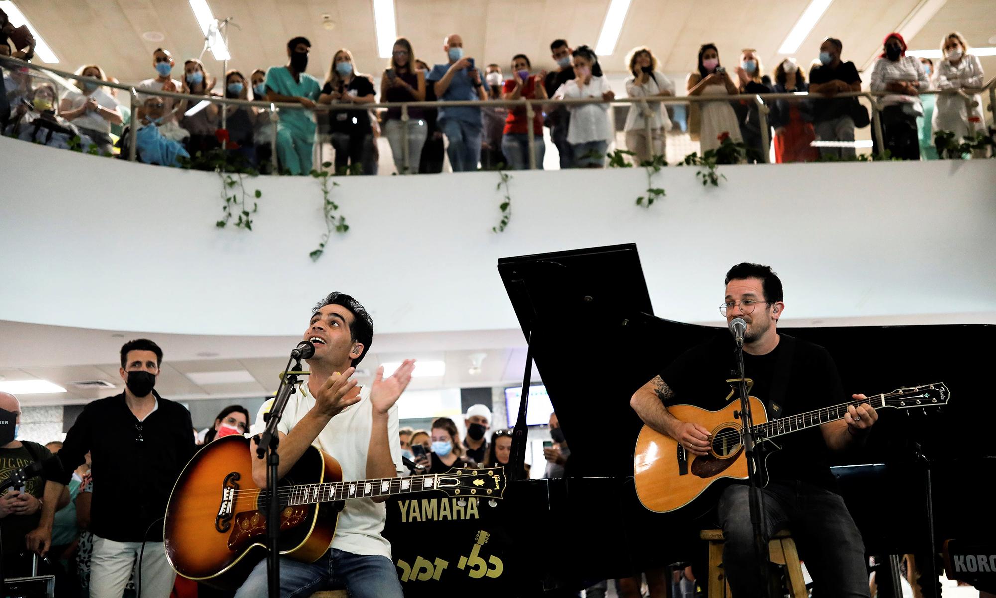 Một bệnh viện ở Tel Aviv, Israel, tổ chức buổi biểu diễn ăn mừng việc gỡ bỏ các lệnh hạn chế vì Covid-19 hôm 1/6. Ảnh: Reuters.