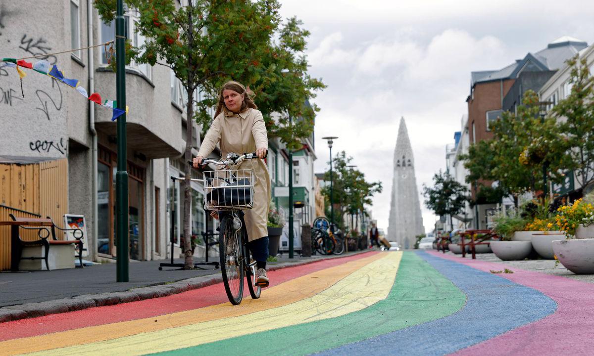 Một người phụ nữ đạp xe trên con phố ở Reykjavik, Iceland, hồi tháng 9/2020. Ảnh: Reuters.