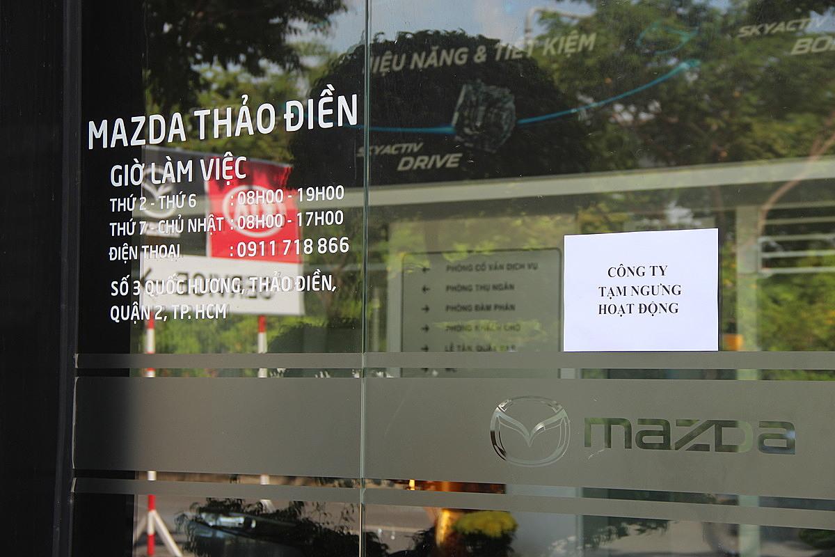 Một đại lý Mazda ở quận 2 treo bản tạm ngưng hoạt động.