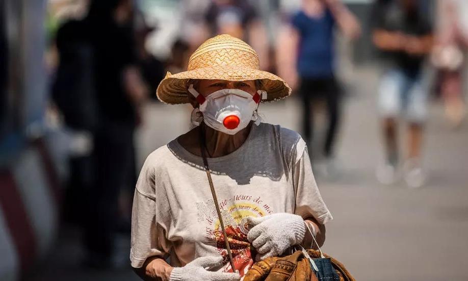 Một phụ nữ Nga đeo khẩu trang phòng ngừa Covid-19 khi đi lại trên đường phố Moskva hôm 27/6. Ảnh: AFP.