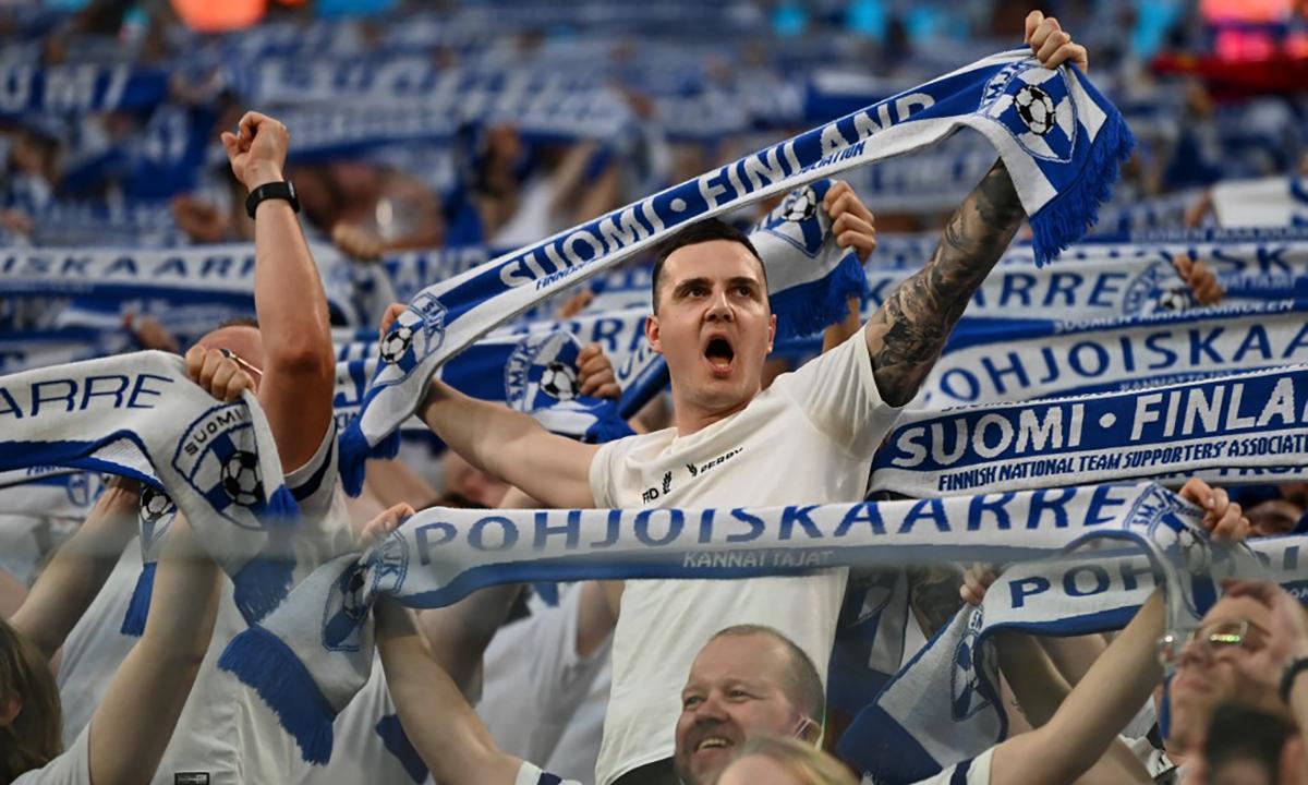 Cổ động viên Phần Lan trên khán đài trong trận đấu với Bỉ tại thành phố  St. Petersburg, Nga ngày 21/6. Ảnh: AFP.