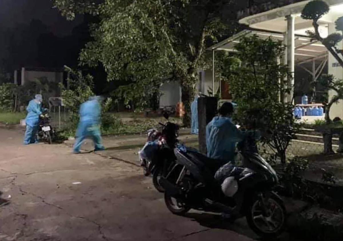 Cơ quan chức năng truy vết dịch tễ trong đêm tại xã Gia Tân 2, huyện Thống Nhất. Ảnh: Thái Hà