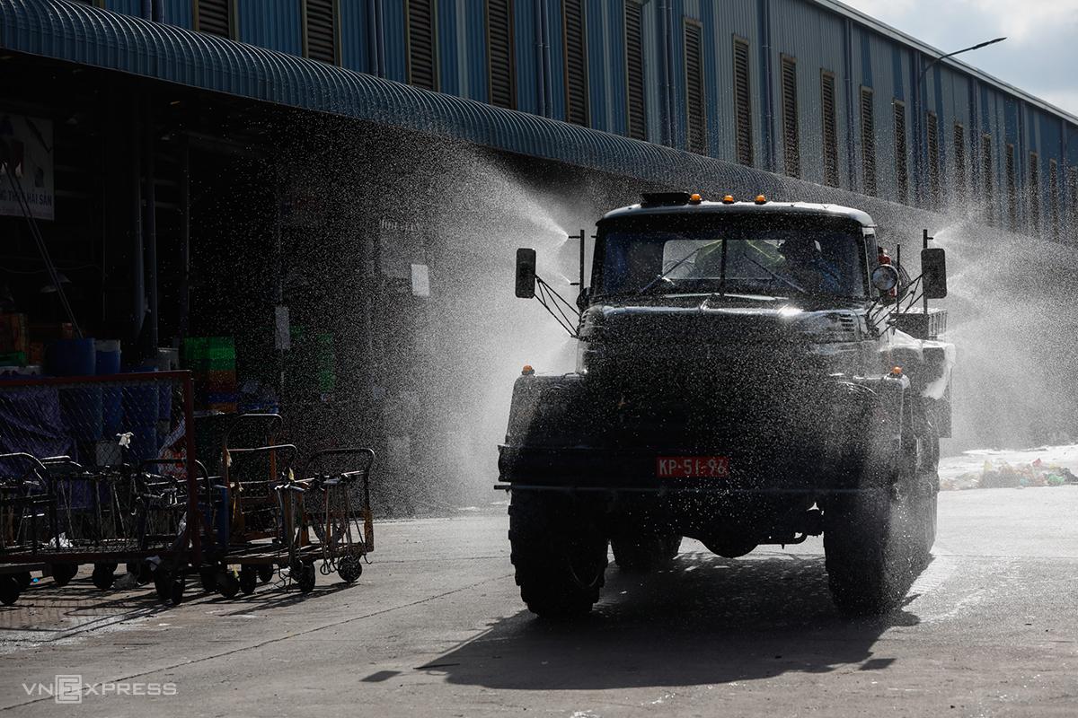 Quân đội tiến hành khử khuẩn khu vực chợ đầu mối Bình Điền, quận 8, ngày 27/6. Ảnh: Hữu Khoa.