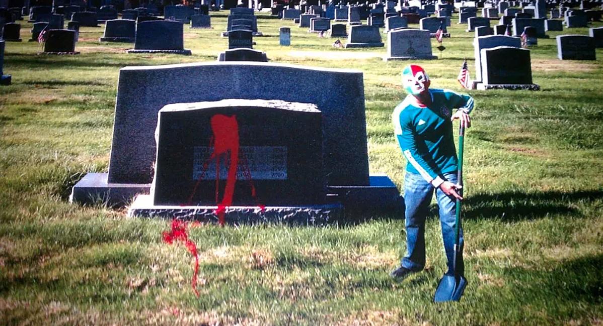 Đàn em của Hanson tạt sơn đỏ lên bia mộ mẹ Cipriani, một trong các hành động khủng bố để đòi lại 2,5 triệu USD. Ảnh: San Diego Union Tribune