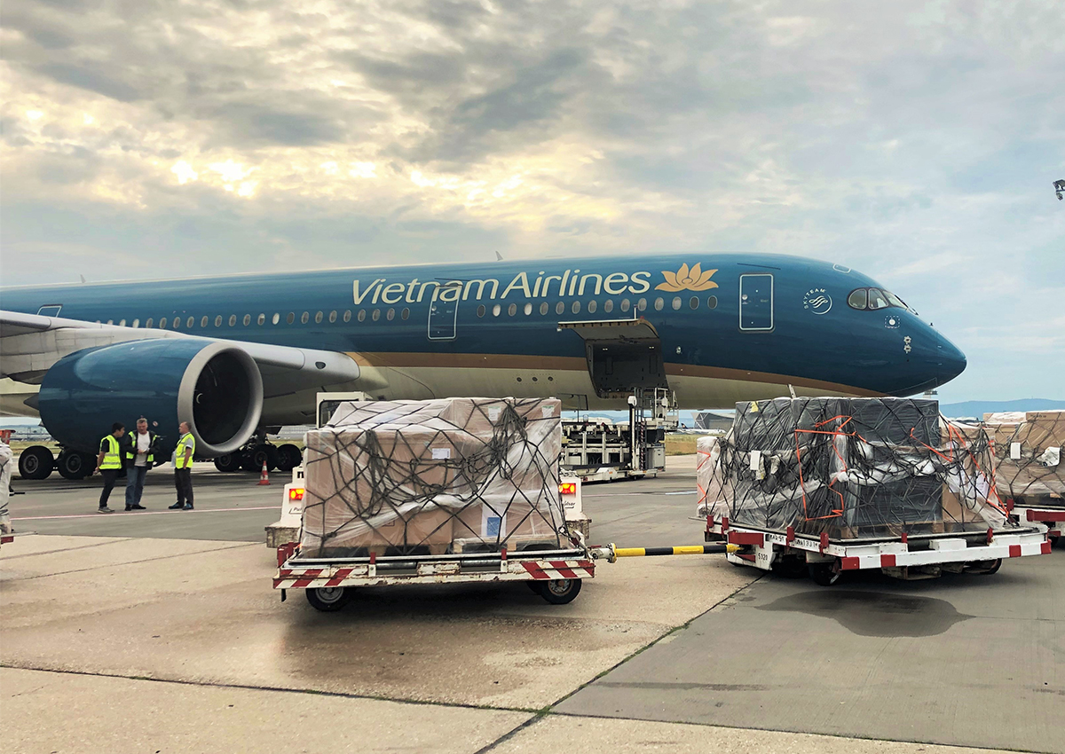 Máy bay Vietnam Airlines tiếp nhận lô hàng tại sân bay Frankfurt (Đức). Ảnh VNA