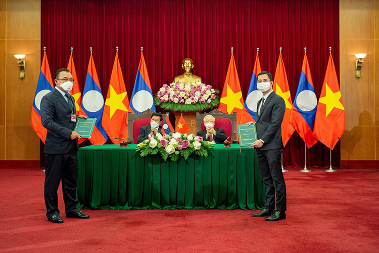 Đại diện VinFast (bên phải) và đại diện Phongsubthavy (trái) trong lễ ký biên bản ghi nhớ hợp tác hai bên trước sự chứng kiến của Tổng Bí thư