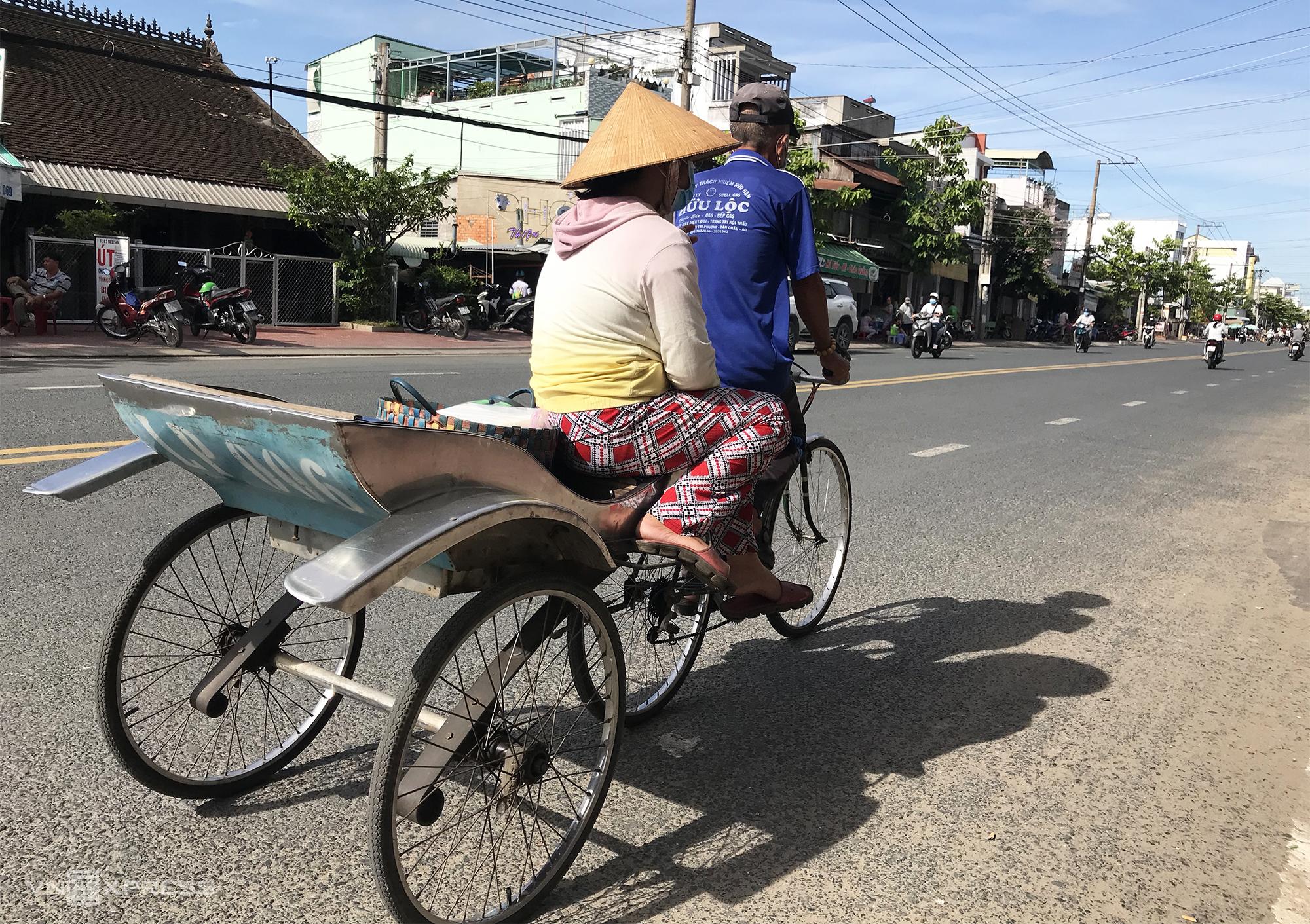 Nhiều người vẫn giữ thói quen đi xe đạp lôi vừa để giúp những bác tài tuổi đã cao có thu nhập. Ảnh: Ngọc Tài.