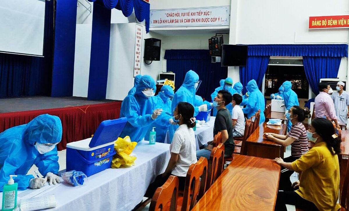 Nhân viên y tế lấy mẫu xét nghiệm Covid - 19 tại Bệnh viện Đa khoa Sa Đéc. Ảnh: Lê Ngọc Lâm.