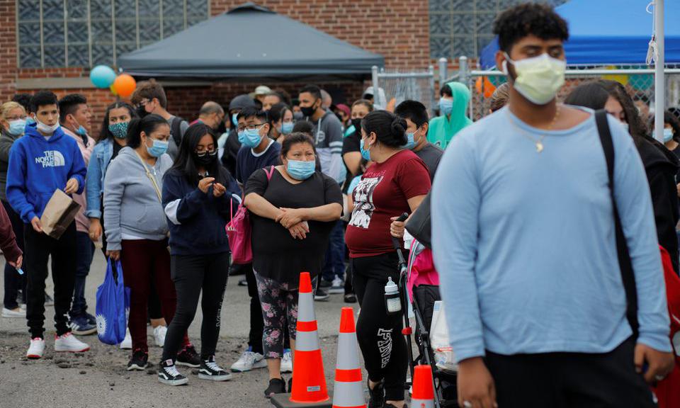 Người dân xếp hàng chờ tiêm vaccine Covid-19 tại thành phố Chelsea, bang Massachusetts, Mỹ, hôm 11/6. Ảnh: Reuters.