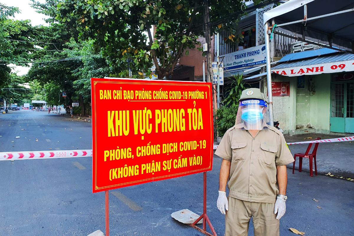 Khu phố tại TP Tuy Hòa bị phong tỏa do liên quan ca dương tính Covid-19. Ảnh: An Phước.