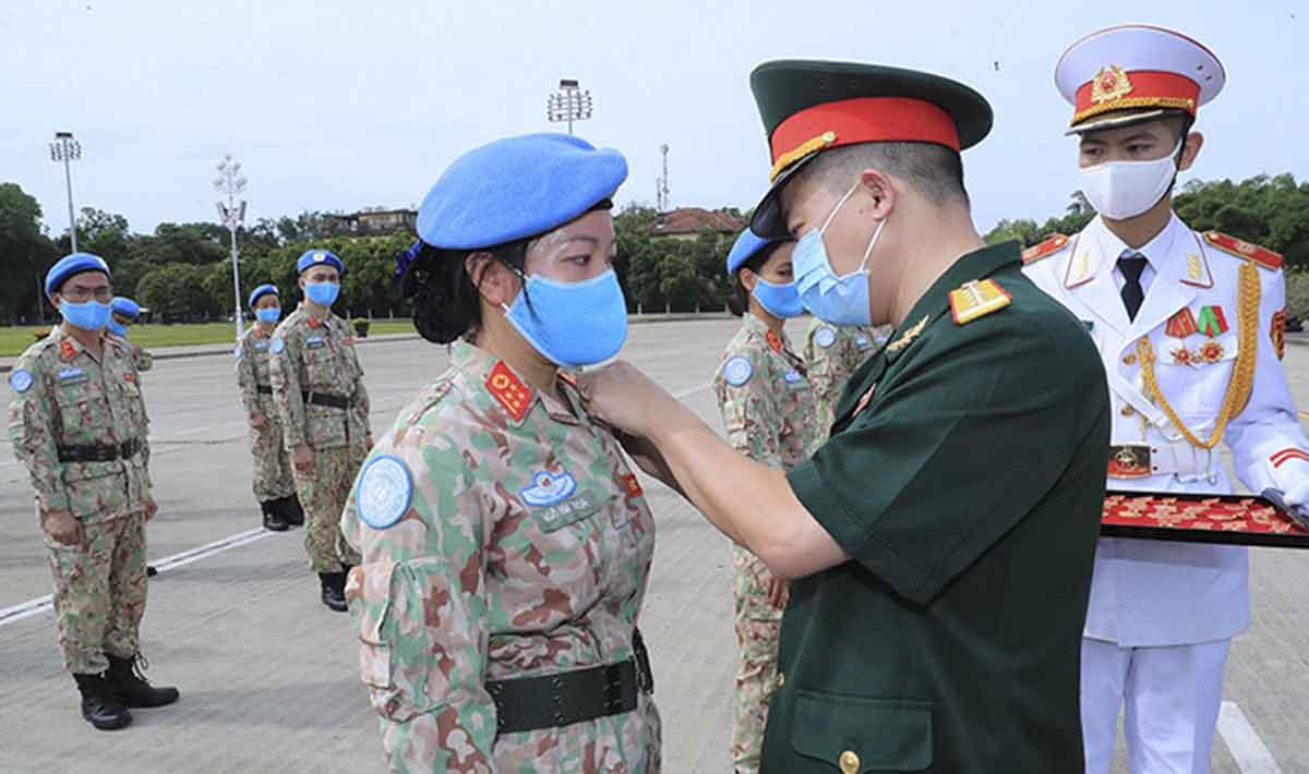 Nhân viên bệnh viện dã chiến 2.2 được gắn Huy hiệu Bác Hồ vì  có thành tích xuất sắc trong thực hiện nhiệm vụ. Ảnh: Hoàng Phong