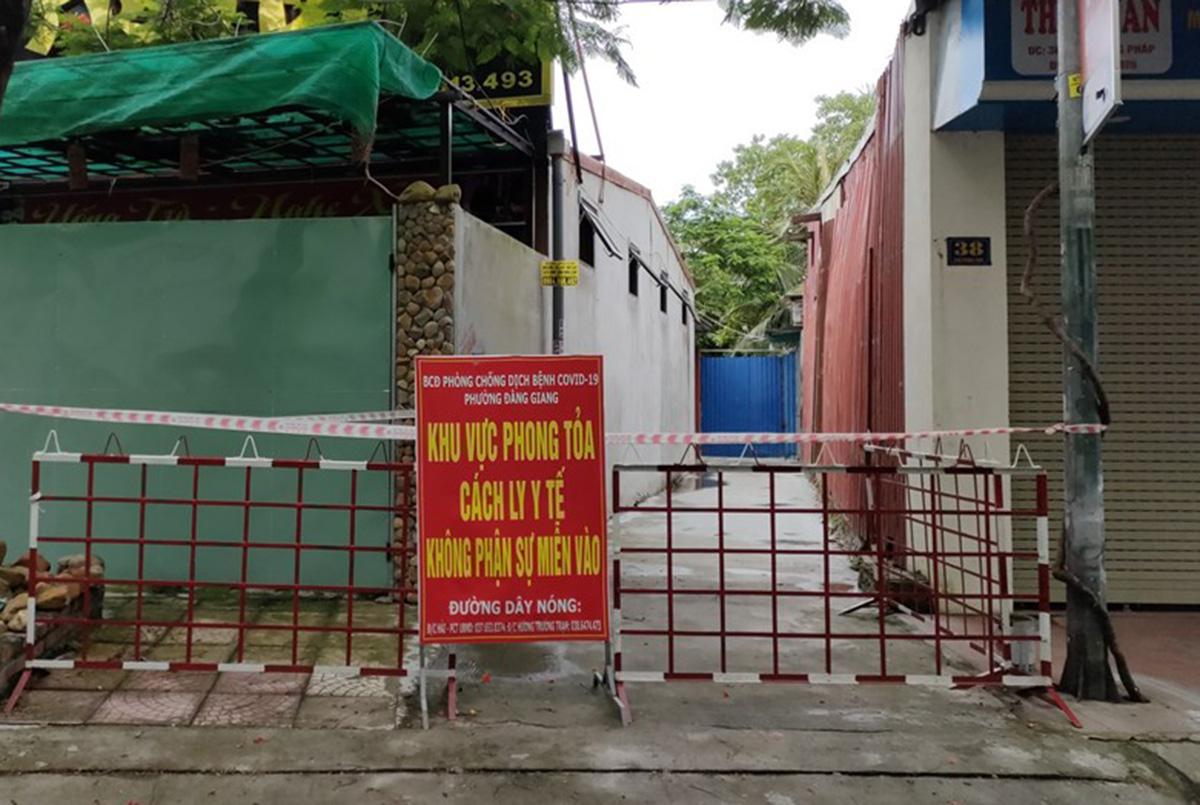 Ngõ vào nhà bệnh nhân 40 tuổi có kết quả xét nghiệm dương tính với Covid-19  tại phường Đằng Giang, quận Ngô Quyền đã bị phong tỏa, cách ly y tế. Ảnh: CTV