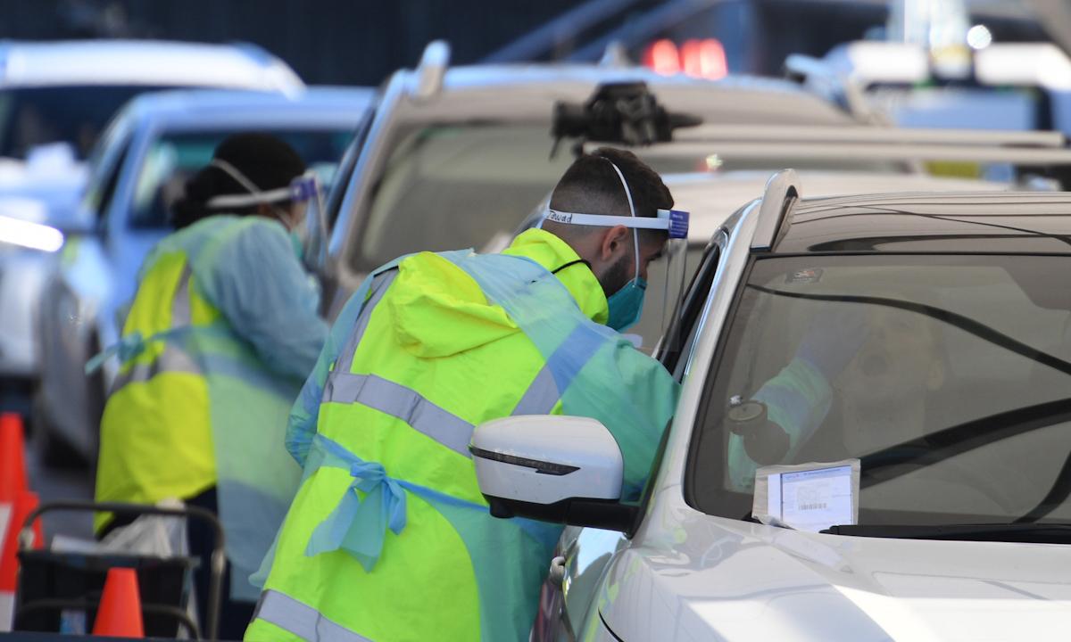 Tài xế xếp hàng xét nghiệm Covid-19 trên xe ở bãi biển Bondi, Sydney hôm 25/6. Ảnh: AP.