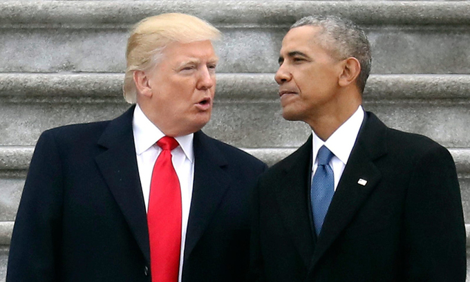 Cựu ổng thống Donald Trump (trái) và cựu tổng thống Barack Obama tại Đồi Capitol ở Washington hồi tháng 1/2017. Ảnh: AP.