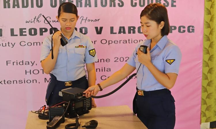 Các nữ sĩ quan Philippines sử dụng thiết bị vô tuyến điện trong lễ tốt nghiệp khóa đào tạo tại thành phố Pasay hôm 25/6. Ảnh: Facebook/PCG.