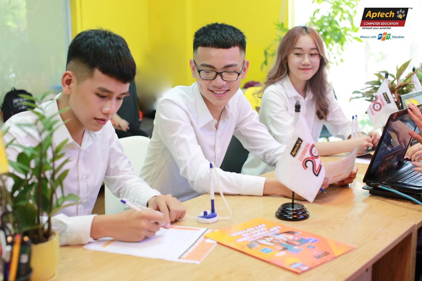 Chương trình học hai năm được thiết kế đặc biệt, đào tạo bài bản từ kiến thức nền tảng cơ bản đến nâng cao với 70% thời lượng học là thực hành gồm: