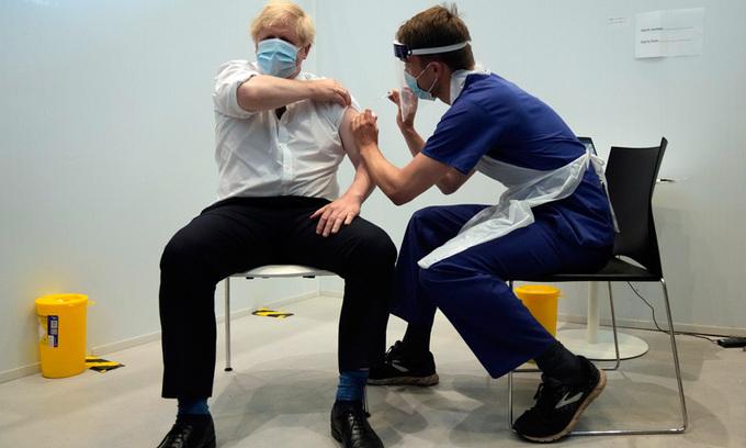 Thủ tướng Anh Boris Johnson tiêm liều vaccine thứ hai tại Viện Francis Crick ở London ngày 3/6. Ảnh: AP.