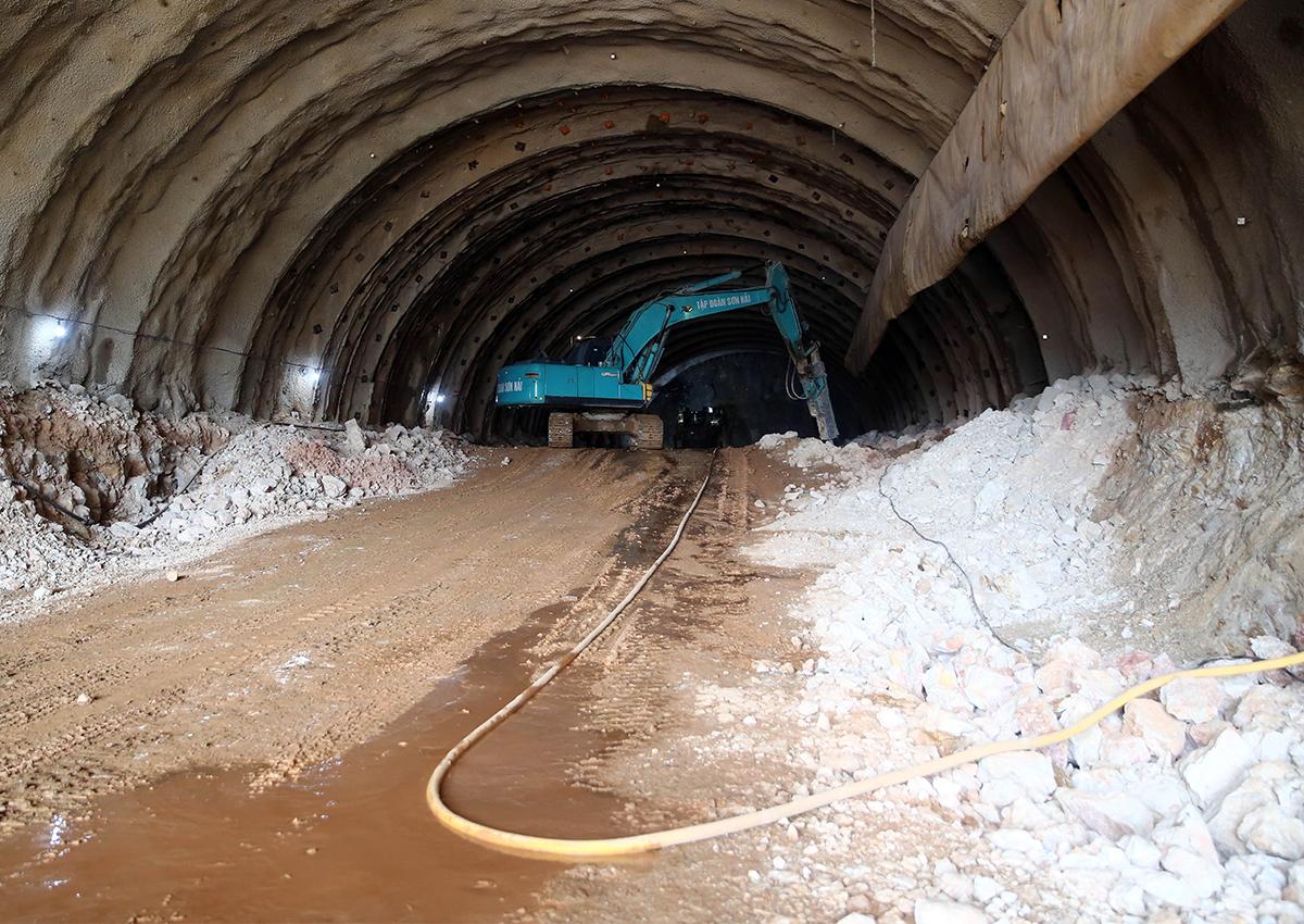 Thi công tuyến bên phải của hầm Tam Điệp dài 245 m, phấn đấu xuyên thông qua núi vào ngày 15/7 tới đây. Ảnh: VGP